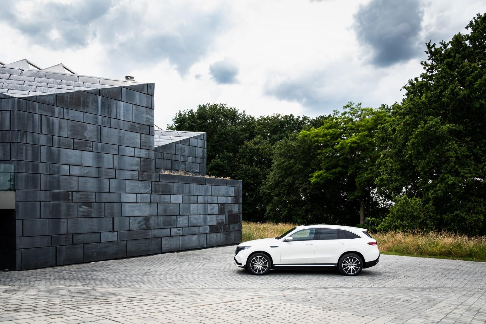 Mercedes-Benz EQC 400 Side
