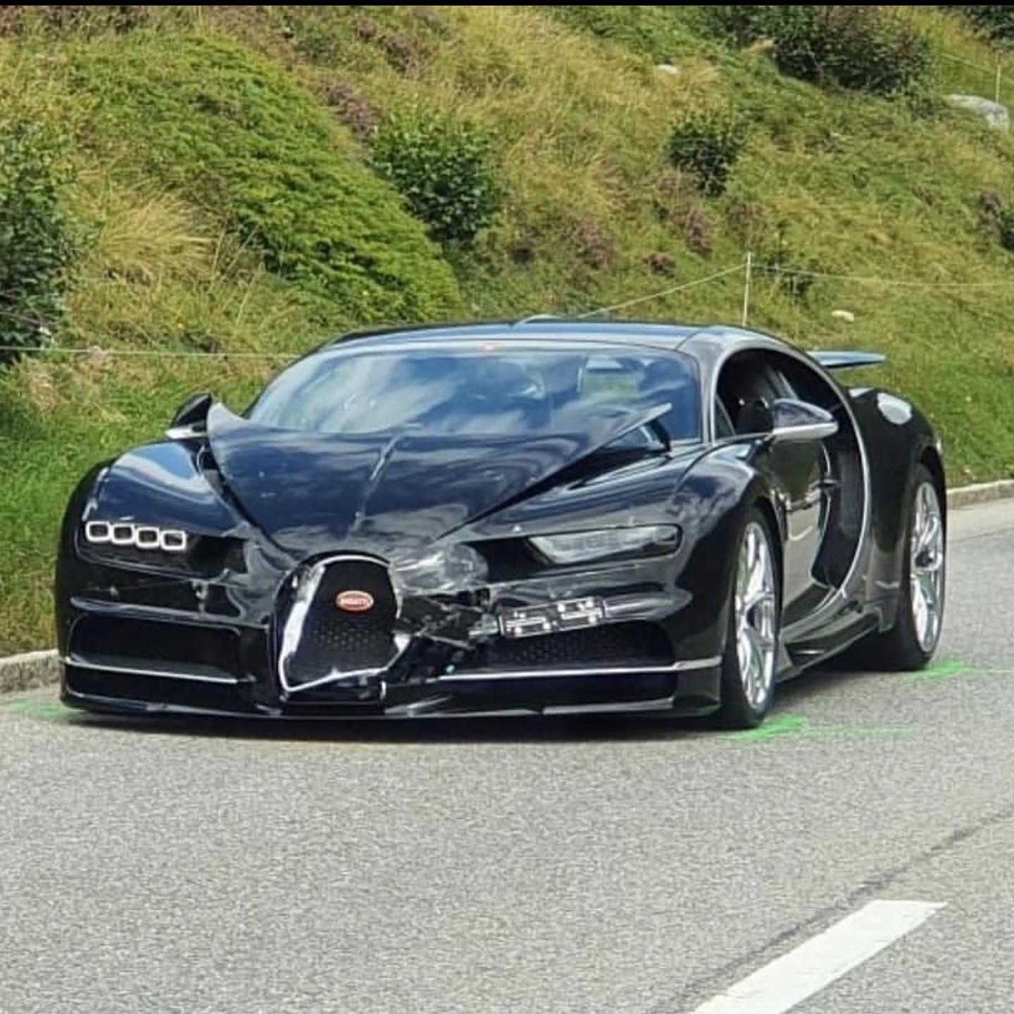 Bugatti Chiron Crashes into Porsche 991 on Mountain Road