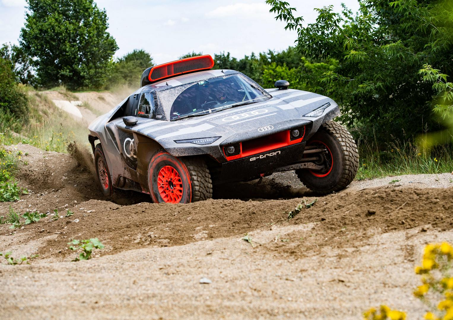 Audi RS Q e-tron: Full Electric Dakar Rally Car with TFSI Engine as Battery Charger
